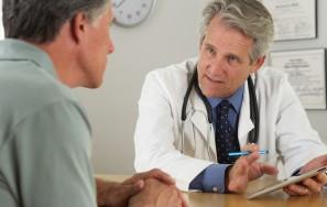 Comment choisir entre la surveillance active ou la chirurgie suggérée par mon urologue ?