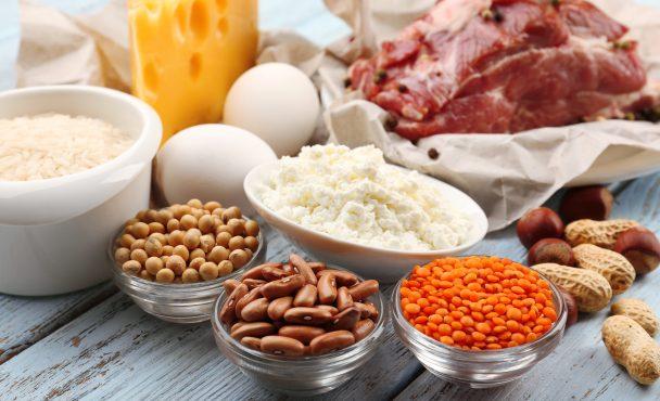 Manger des protéines trois fois par jour rendrait nos aînés plus forts