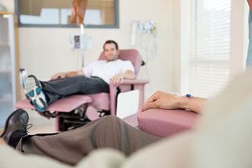 Homme recevant sa chimiothérapie pour son cancer de la prostate