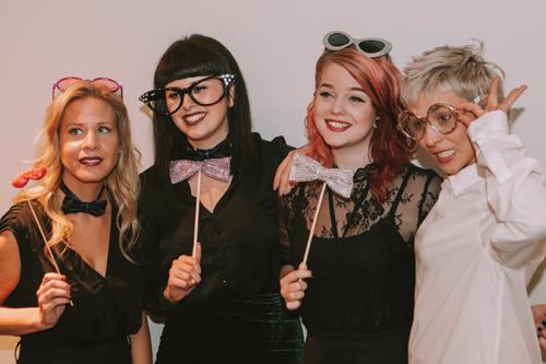 Quatre jeunes femmes ayant organisé une levée de fonds pour PROCURE et le cancer de la prostate