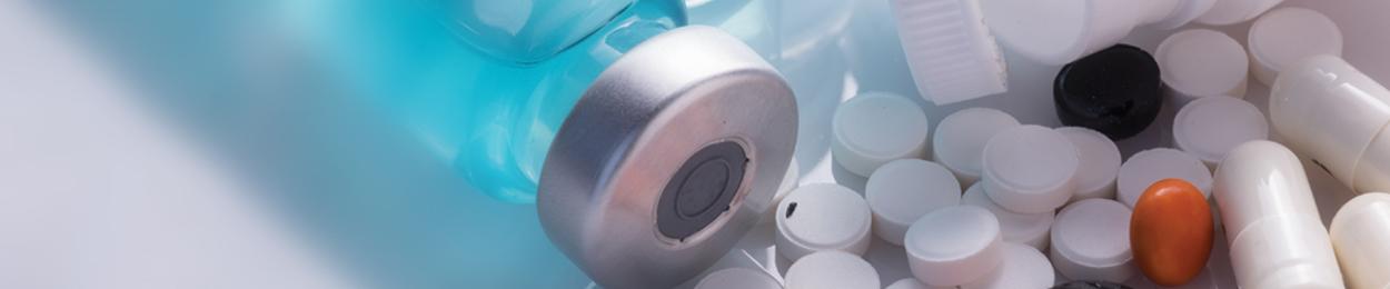 Image de comprimés et fioles représentant une hormonothérapie pour le cancer de la prostate
