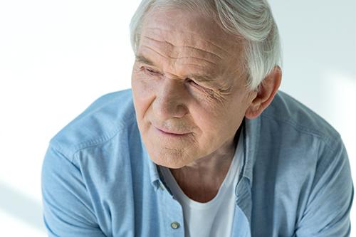 Homme âgé au prise avec un cancer de la prostate avancé