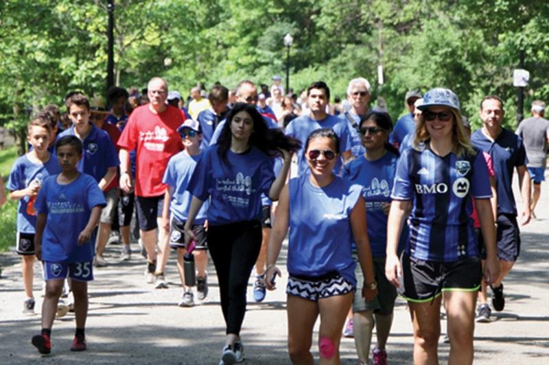 Marcheurs célébrant la fête de la vie en participant à la Marche du Courage PROCURE