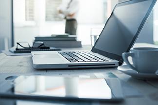 Bureau de journaliste avec ordinateur