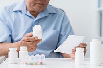 Homme devant ses médicaments pour traiter son cancer de la prostate