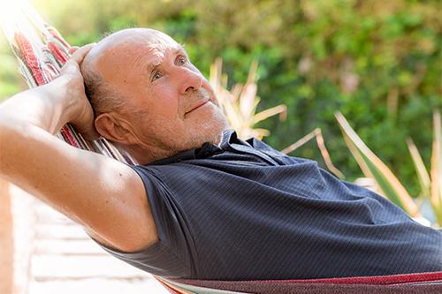 Homme dans un hamac soutenu par PROCURE dédié au cancer de la prostate