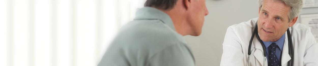 Discussion entre un homme et son médecin sur les traitements du cancer de la prostate