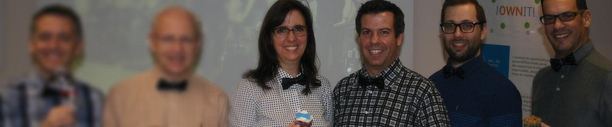 Des hommes et une femmes montrent fièrement leur cupcake en soutien au cancer de la prostate durant la campagne Noeudvembre de PROCURE