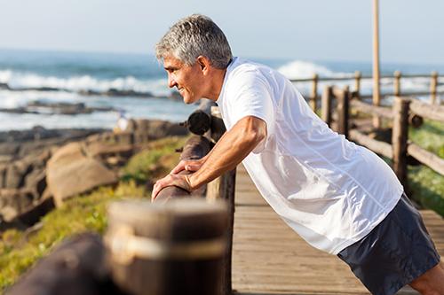 Homme qui termine ses exercices afin de réduire ses risque d