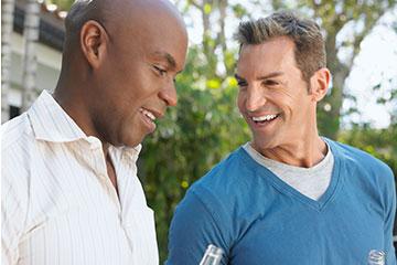 Un homme noir et un homme blanc discutent du rôle de la prostate