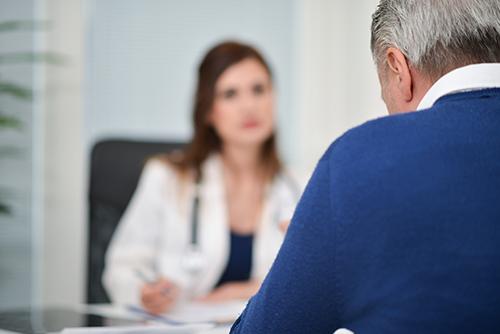 discussion avec son urologue pour une radiothérapie du cancer prostate