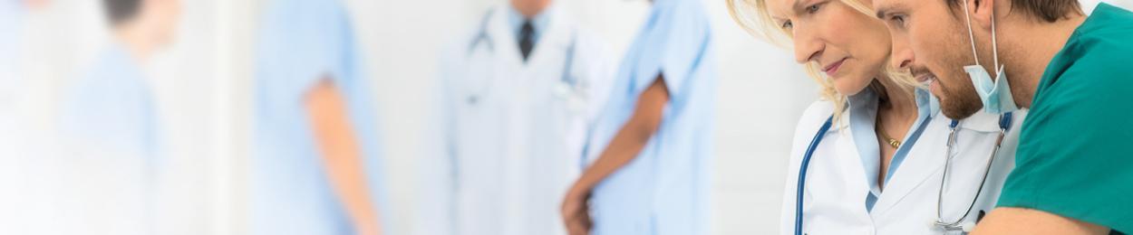 Un médecin et une infirmière regardent le dossiers du patient atteint du cancer de la prostate