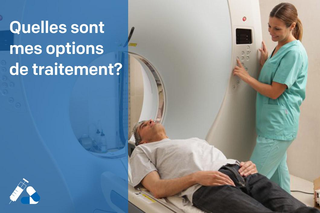 Homme étendu prêt pour son scan pelvien de son cancer de la prostate