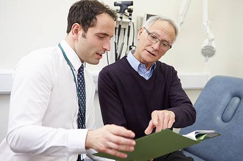 Rencontre entre un homme et son médecin pour discuter du test de APS ou PSA