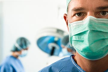 Visage du chirurgien prêt pour une prostatectomie