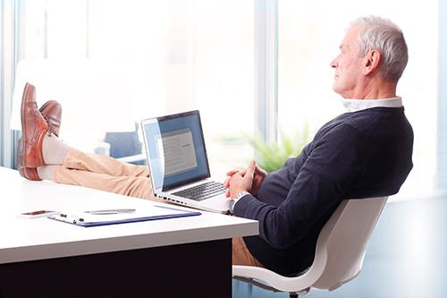Homme cherchant la définition des termes médicaux sur internet
