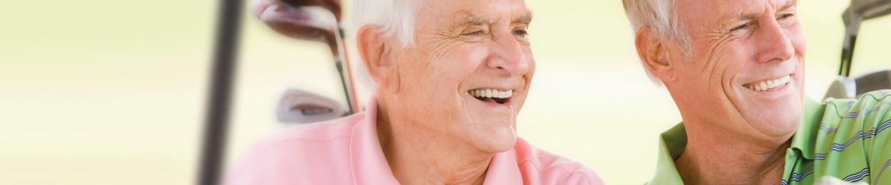 Deux hommes âgés à risque de hypertrophie bénigne de la prostate jouant au golf