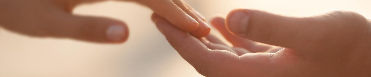 Deux mains qui se touchent doucement illustrant la mission de PROCURE dédié au cancer de la prostate
