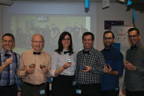 Cinq hommes et une femme montrent fièrement leur cupcake en soutien au cancer de la prostate durant la campagne Noeudvembre de PROCURE