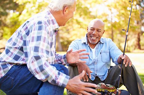 Deux hommes à la pêche partagent leur expérience avec le cancer de la prostate
