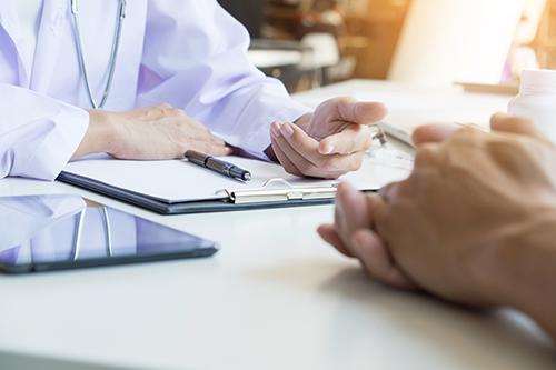 Médecin et patient discutent des résultats de la biopsie et des traitements du cancer de la prostate